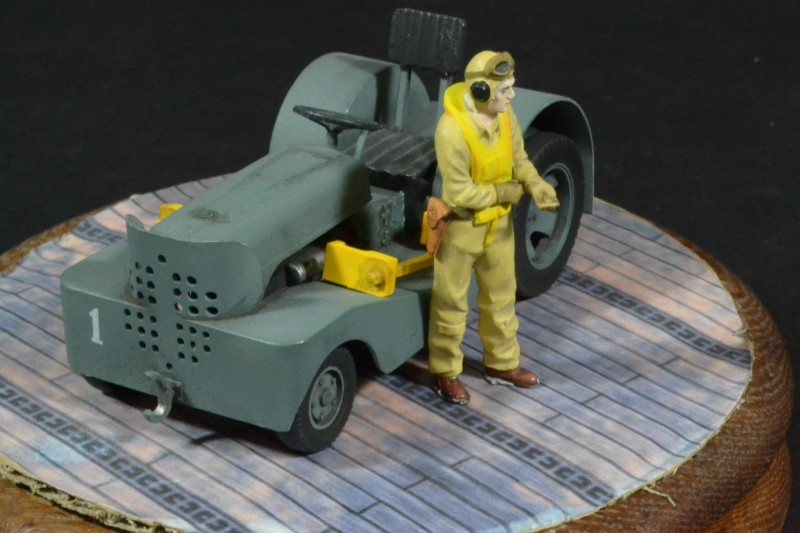 1/32 USN Tractor with figure